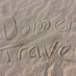 Women Travel Logo im Sand © Womentravel.ch